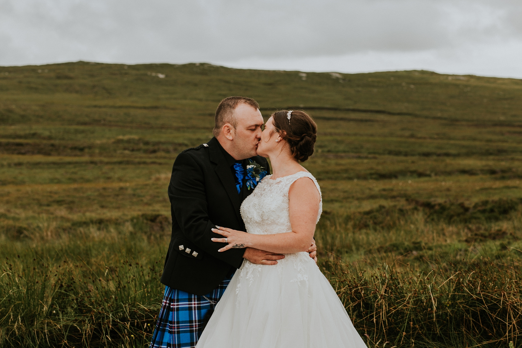 bride and groom kissing, solas, north uist